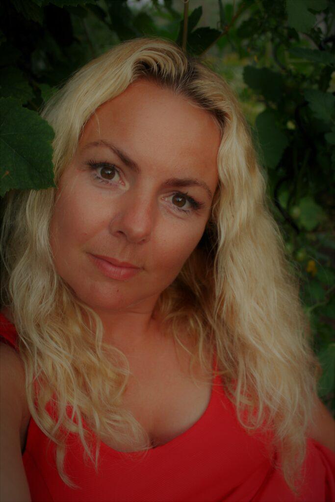 Dette billede har en tom ALT-egenskab (billedbeskrivelse). Filnavnet er Nanna-kunsterportraet-683x1024.jpg